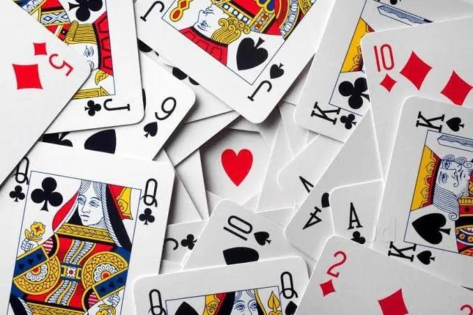 Mỗi người chơi sẽ nhận được 13 lá bài được phát ngẫu nhiên